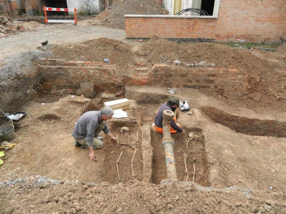 John Thomas and Tony Gnanaratnam excavate Roman graves at Oxford Street, Leicester.