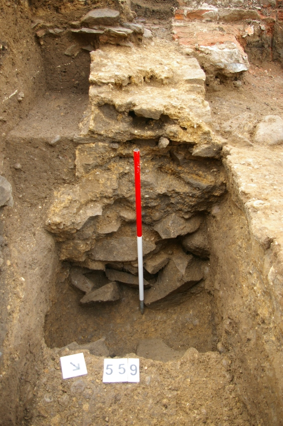 Good evidence for how the Roman walls were built – an earth-bonded foundation with mortared superstructure – can be seen in the surviving east-west wall.